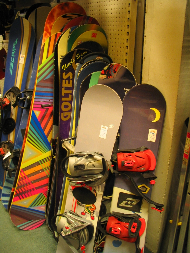 Snowboard deske, vezi, obutev, rokavice, oprema, servis, montaža